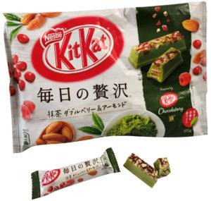 KitKat grüner Tee mit Mandel und Beerentopping